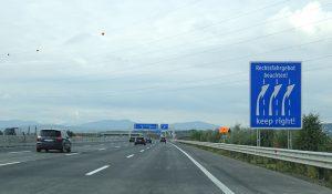 V Rakousku nabádají řidiče k jízdě vpravo časté značky. Pramen: Asfinag