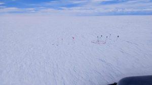 Nalezení části motoru GP 7000 z A380 v Grónsku. Foto: Austin Lines (Polar Research Equipment) and Thue Bording (Aarhus HGG)