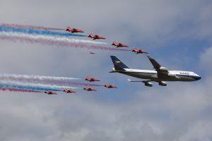 Průlet Boeingu 747 s akrobatickým týmem Red Arrrows. Foto: British Airways