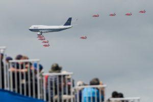 Boeing 747 na letecké přehlídce Royal Air Tattoo v doprovodu Red Arrows. Foto: Ian Gavan/Getty Images