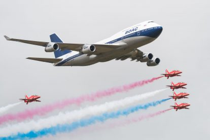 Boeing 747 na letecké přehlídce Royal Air Tattoo v doprovodu Red Arrows. Foto: Ian Gavan/Getty Images