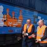 Šéf ČD Cargo Ivan Bednárik křtí lokomotivu 363 s novým polepem. Pramen: ČD Cargo