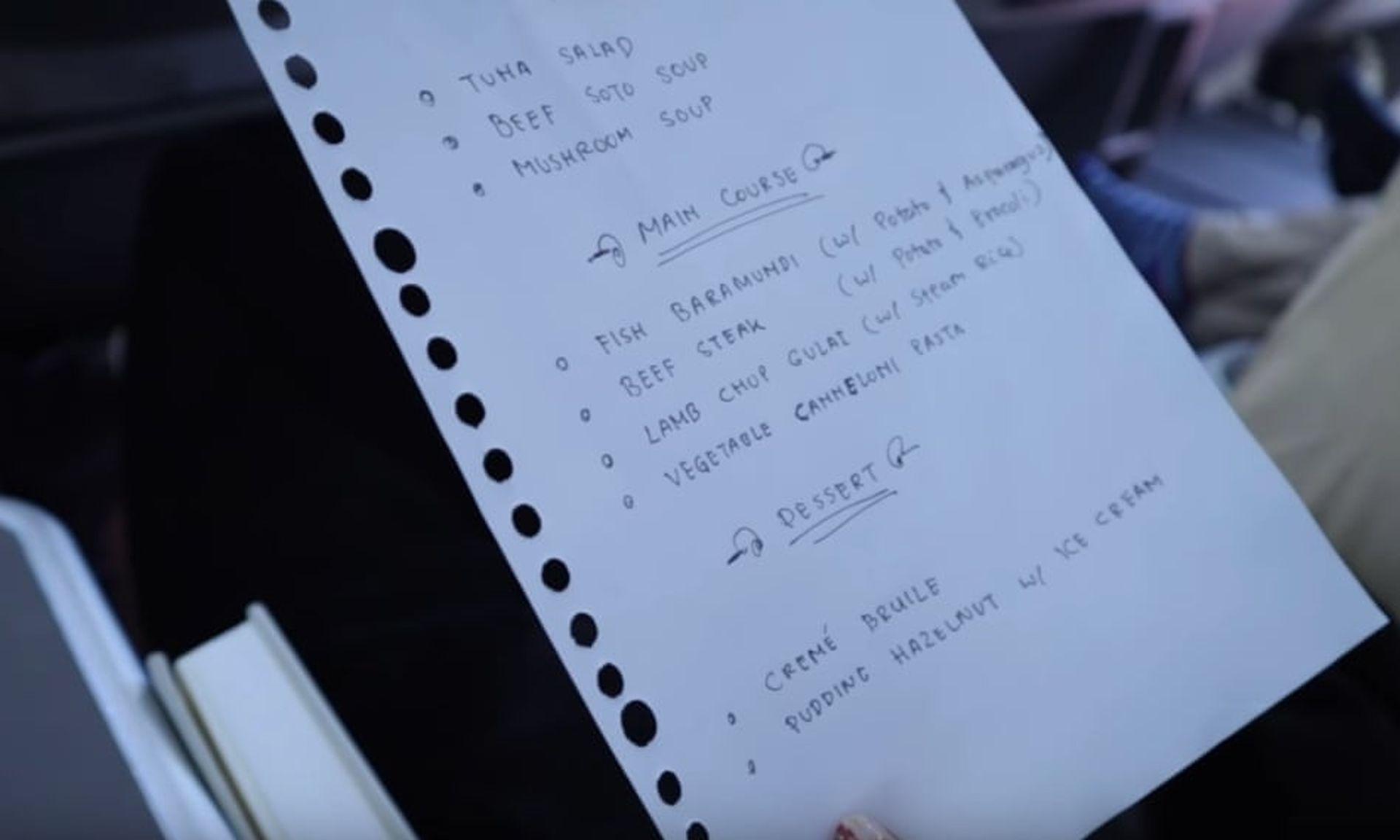 Palubní menu psané rukou na papíře vytrženém z bloku. Foto: Ruis Vernandes