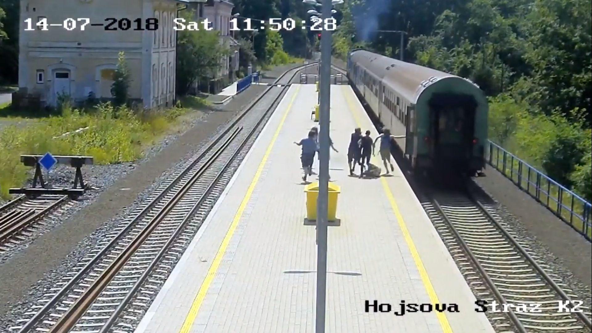 Záběr z kampaně SŽDC varující před hazardem na železnici. Foto: SŽDC