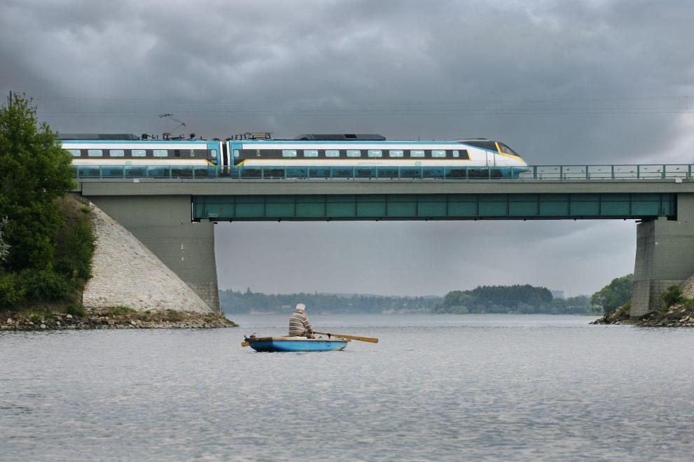 Pendolino na mostě přes vodní nádrž Jesenice u Chebu. Foto: České dráhy