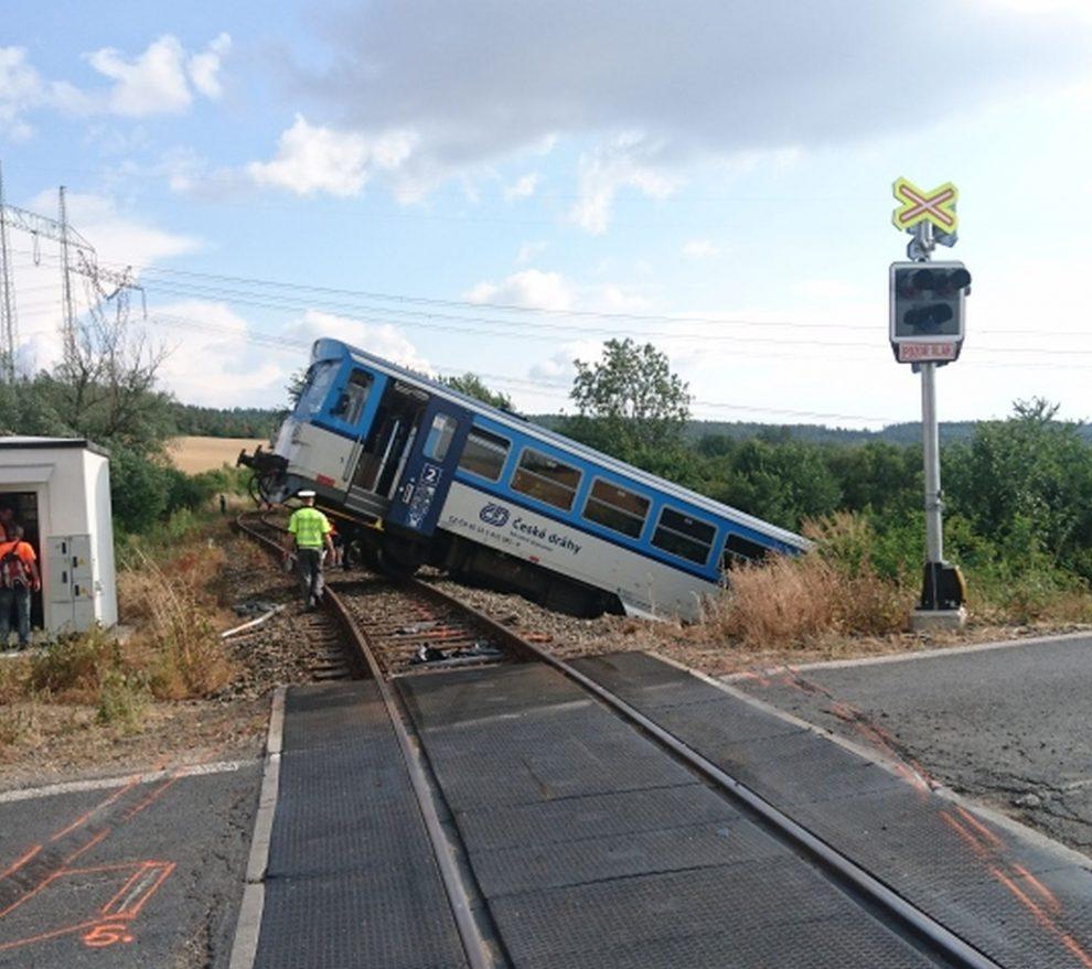 Nehoda na železničním přejezdu mezi Petrovicemi a Příčinou na Rakovnicku. Foto: Drážní inspekce