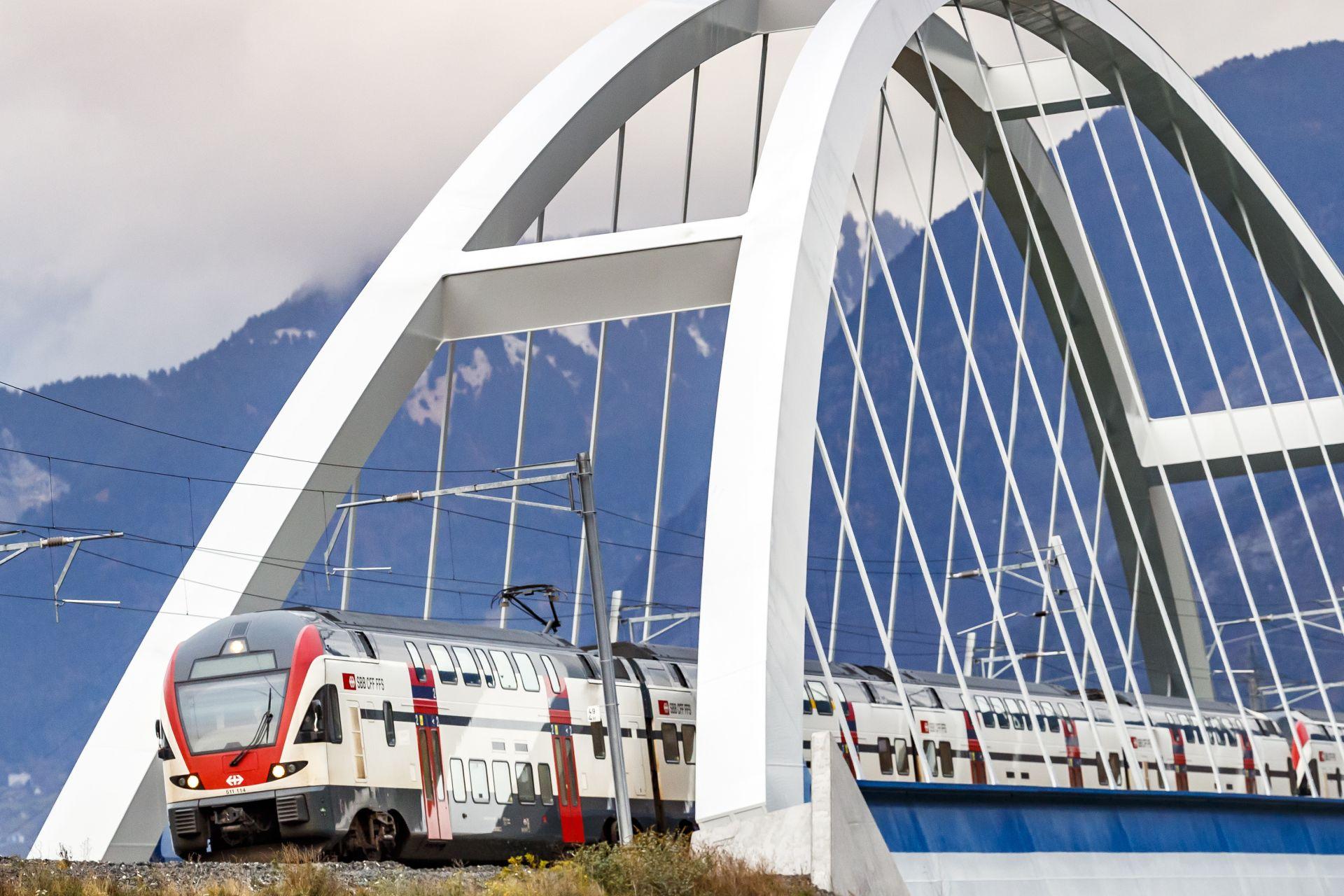 Vlak švýcarských železnic na novém mostě přes Rhonu na hranicích mezi kantony Vaud a Wallis u města Massongex. Foto: Valentin Flauraud / SBB