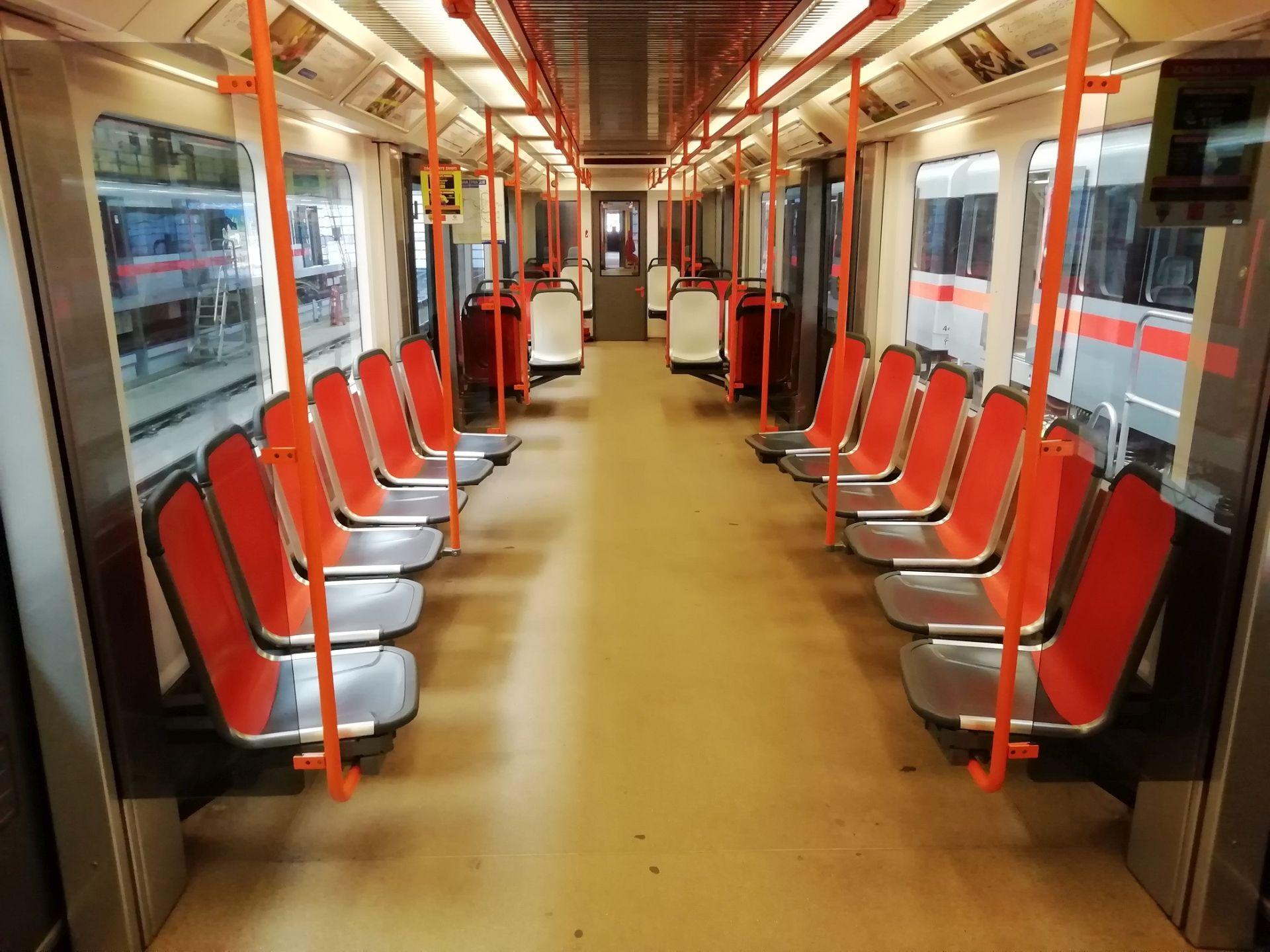 Interiér soupravy metra C s novými sedačkami od firmy Ruspa. Foto: Lukáš Hampacher / DPP