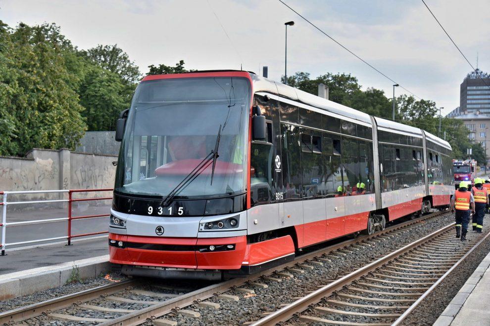 Vykolejení tramvaje 15T u stanice Vinohradské hřbitovy. Foto: Michal Chrást