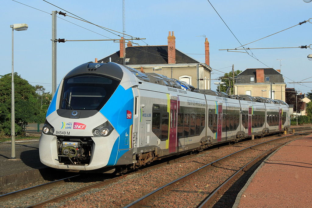 Vlak Alstom Coradia Polyvalent ve stanici Montreuil-Bellay. Autor: Von Cramos - Selbst fotografiert, CC BY-SA 3.0, https://commons.wikimedia.org/w/index.php?curid=43008469