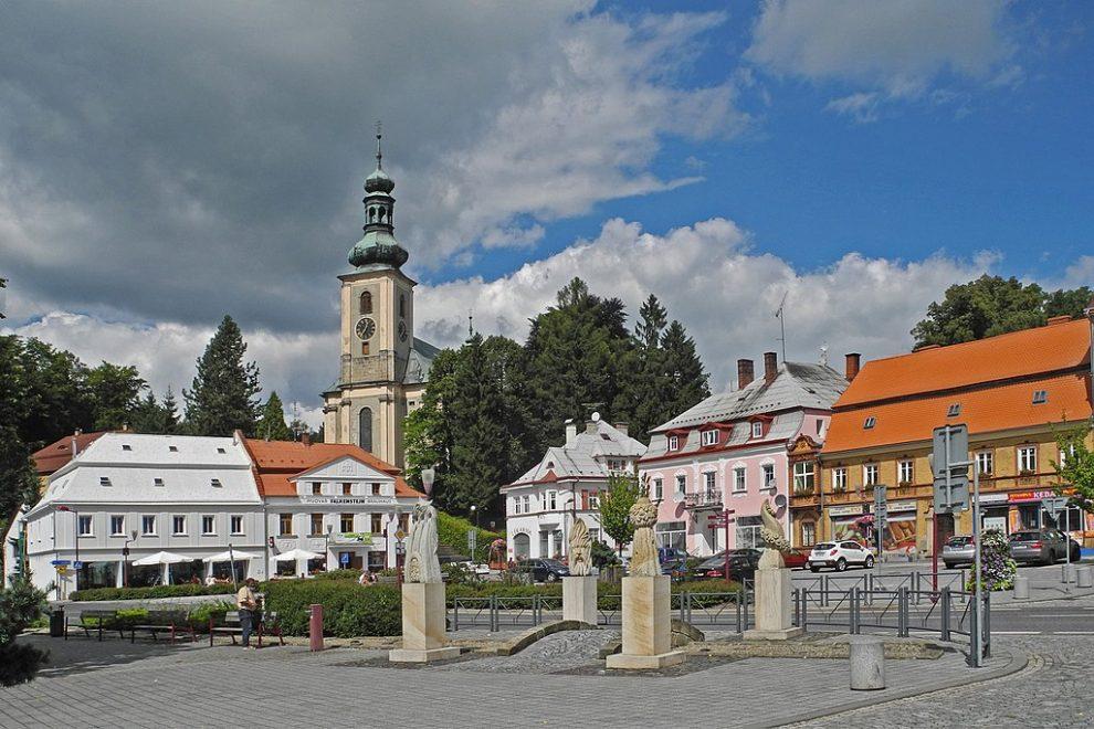 Krásná Lípa, náměstí. Autor: SchiDD – Vlastní dílo, CC BY-SA 4.0, https://commons.wikimedia.org/w/index.php?curid=61835662