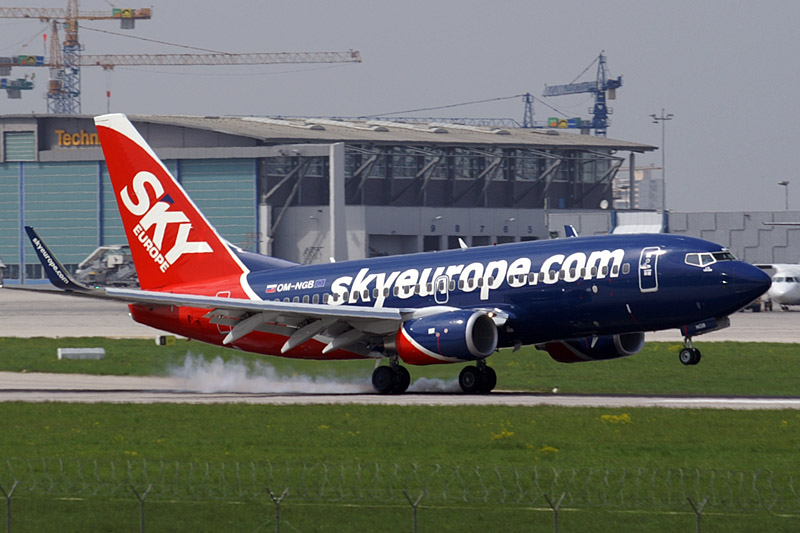 Boeing 737-700 v barvách SkyEurope: Foto: Wikimedia Commons/Juergen Lehle [CC BY-SA 3.0 (https://creativecommons.org/licenses/by-sa/3.0)]