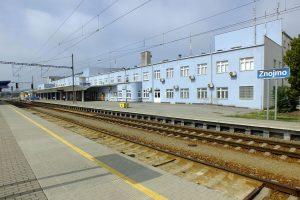Železniční stanice Znojmo. Autor: Vojtěch Dočkal – Vlastní dílo, CC BY-SA 4.0, https://commons.wikimedia.org/w/index.php?curid=42953091