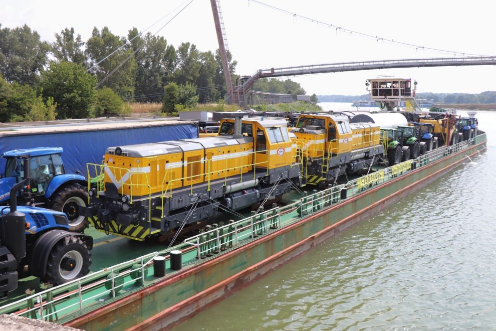 Lokomotivy na lodi plující po Dunaji v Bratislavě, vodní dopravu firma využila až do Ruse. Foto. CZ LOKO