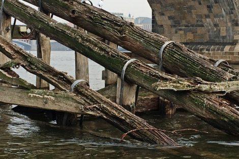 Staré ledolamy u Karlova mostu byly už značně sešlé. Pramen: TSK Praha