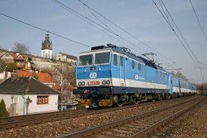 Lokomotiva řady 163 v čele osobního vlaku v Litoměřicích na pravobřežní trati z Lysé nad Labem do Děčína. Foto: České dráhy