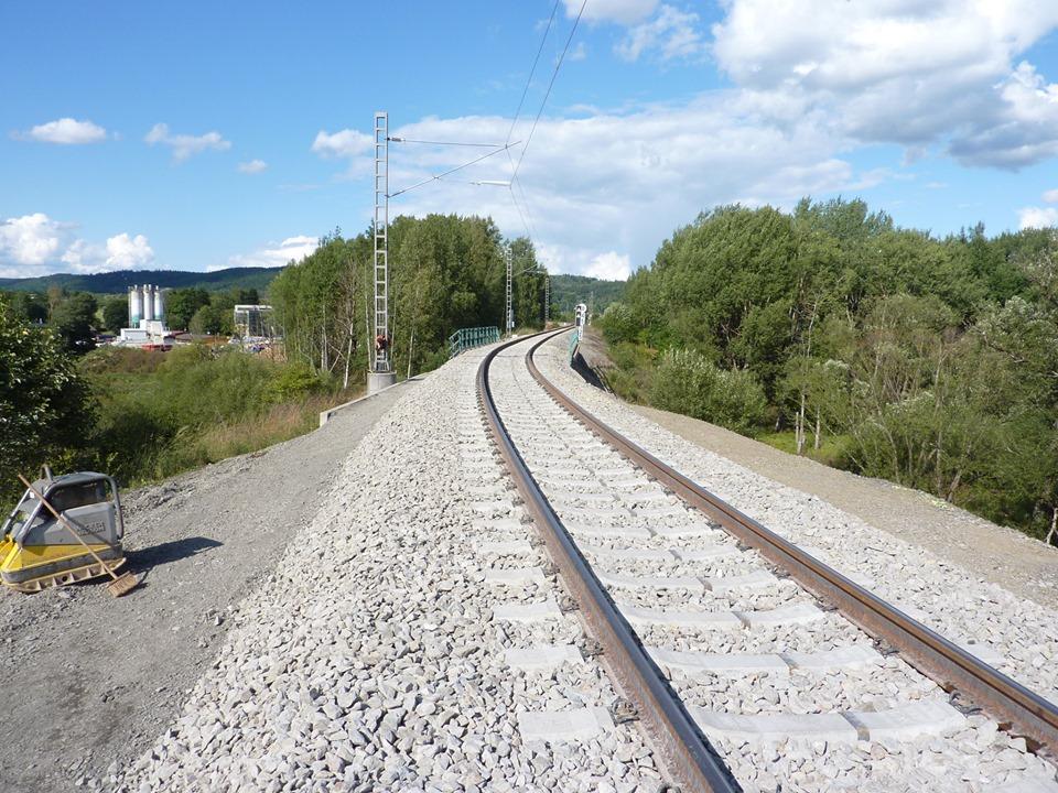Opravená trať u obce Skláře na Mariánskolázeňsku. Pramen: SŽDC