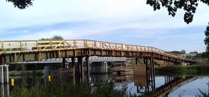 Starý most typu Bailey (v pozadí) a dočasná lávka pro pěší. Autor: ŘVC