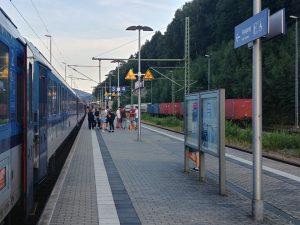 Cestující z EC Berliner čekají v Bad Schandau, až se trať uvolní.
