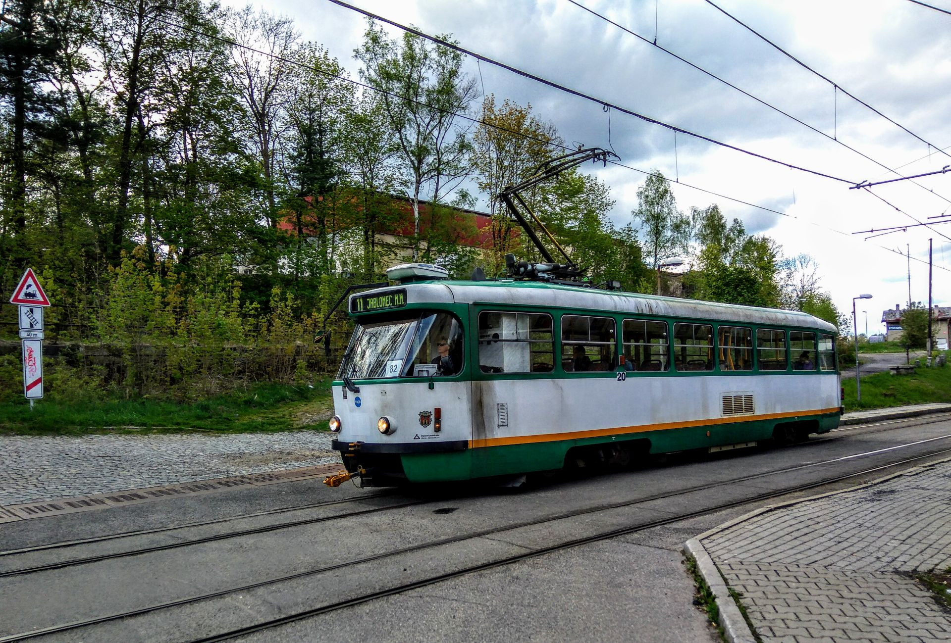 Tramvaj mezi Libercem a Jabloncem v Proseči nad Nisou. Foto: Jan Sůra