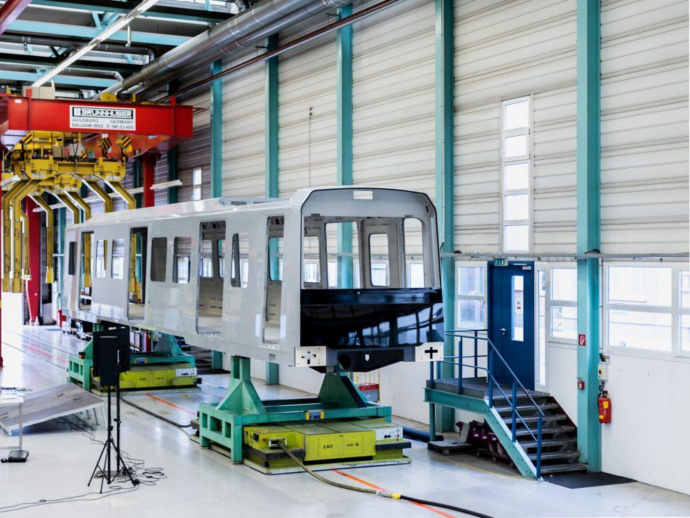 Svařený a nalakovaný první vůz metra pro Vídeň. Foto: Siemens