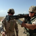 Německý voják. Autor: U.S. Army photo by Staff Sgt. Jose L. Rodriguez, VIRIN: 051016-A-9297R-004 – http://www.defenseimagery.mil/imagery.html#guid=c39bfa24a6c60fb44e977a5f01fd5ca554fdb72b, Volné dílo, https://commons.wikimedia.org/w/index.php?curid=10969438