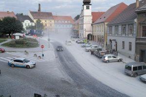 Náměstí ve Volyni po použití nevhodného materiálu na opravu silnice I/4. Foto: Volyne.eu