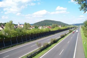 Dálnice D5 u Zdic. Autor: ŠJů (cs:ŠJů) – Vlastní dílo, CC BY-SA 3.0, https://commons.wikimedia.org/w/index.php?curid=11202552