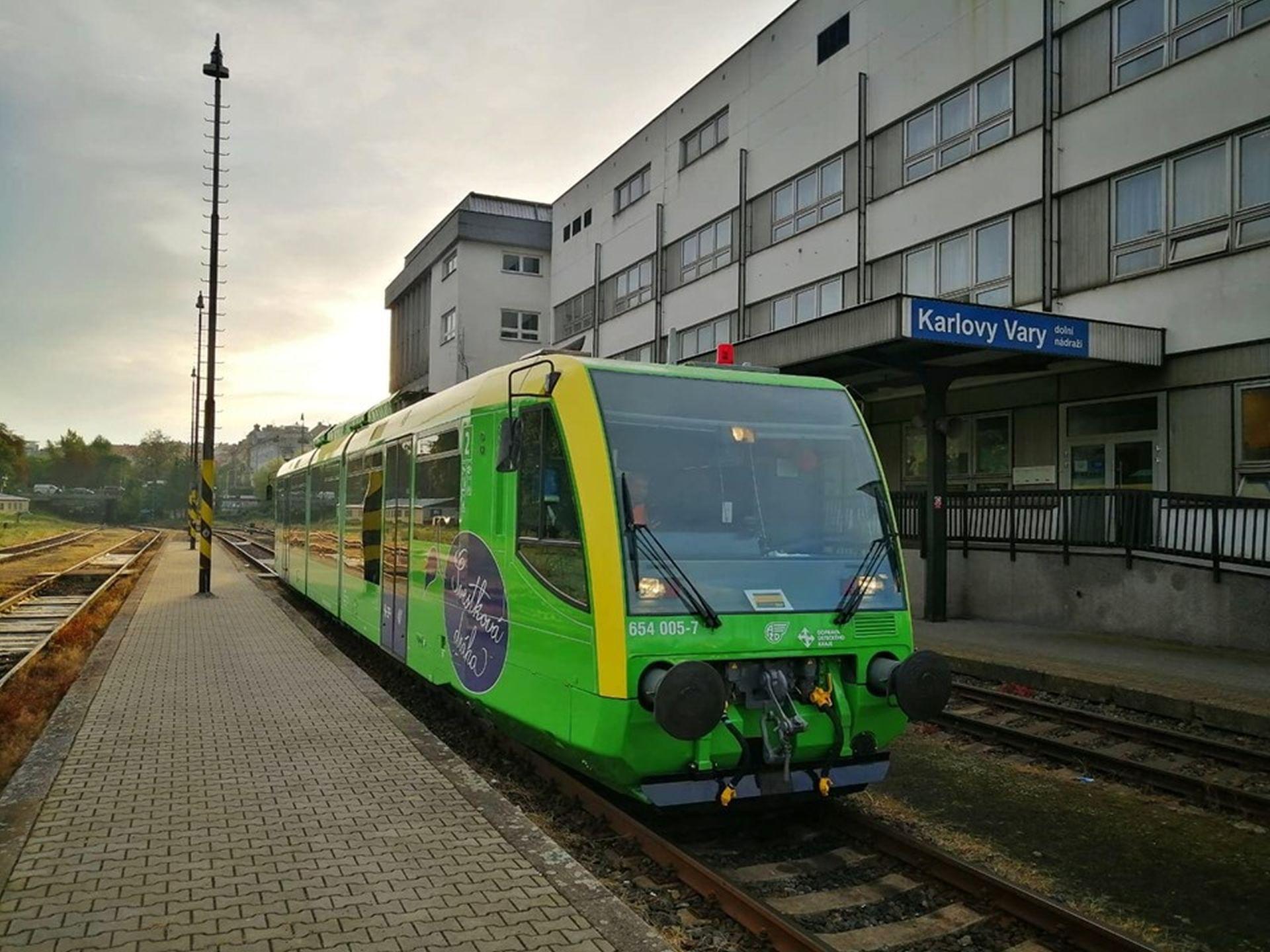Motorový vůz RegioSprinter v barvách AŽD Praha ve stanici Karlovy Vary dolní nádraží. Foto: AŽD Praha