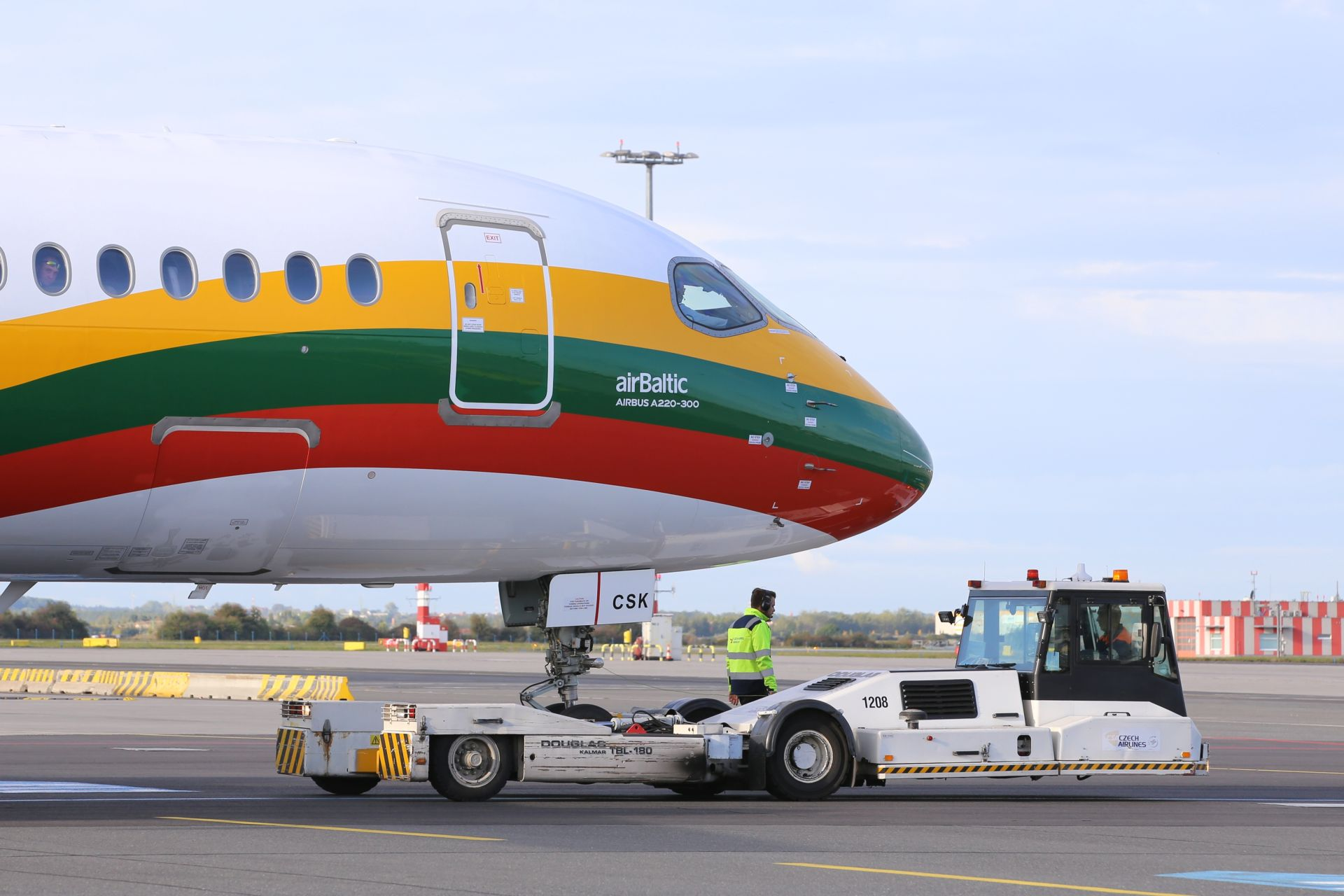Airbus A220-300 společnosti airBaltic v barvách litevské vlajky v Praze. Foto: Letiště Praha