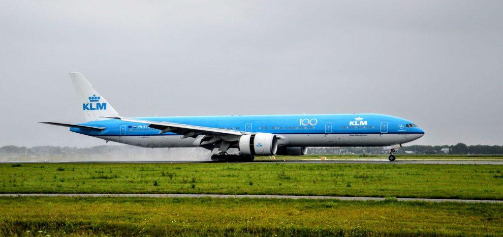 Boeing 777-30ER společnosti KLM po přístání na amsterdamském letišti Schiphol. Foto: Jan Sůra