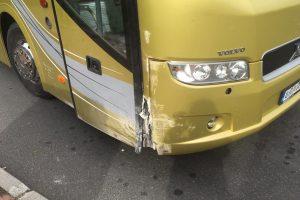 Odřený autobus z linky Liberec - Praha poté, co zkolaboval jeho řidič. Foto: PČR
