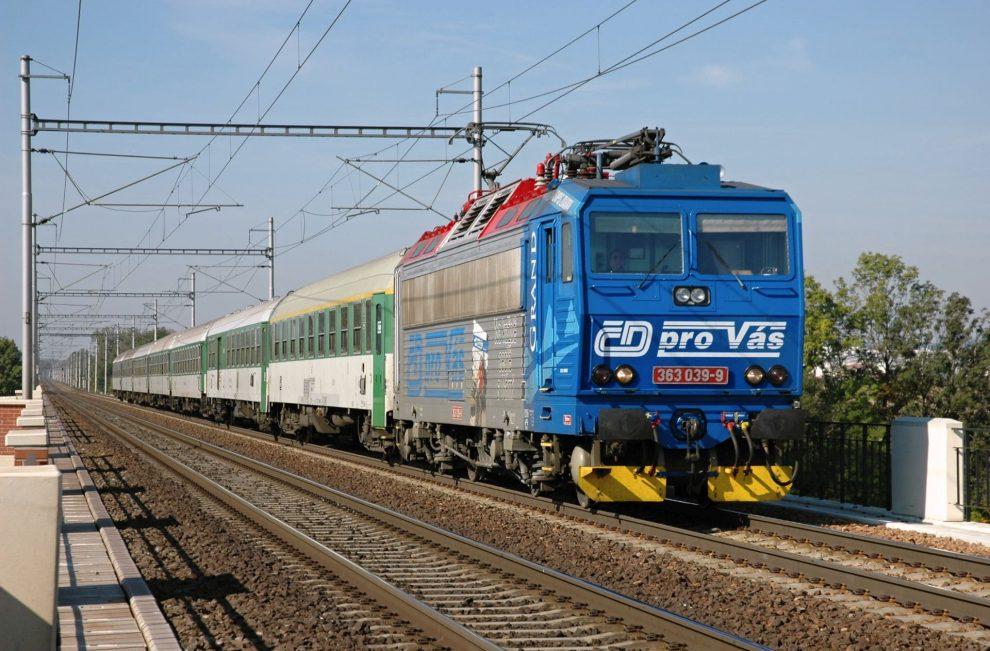 Vlak Českých drah v roce 2007 u obce Drahotuše. Foto: Petr Štefek/Wikimedia Commons