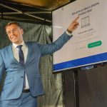 Vladimír Kremlík představuje elektronickou dálniční známku. I na jejím provozu by se měl Cendis podílet. Foto: twitterový účet Vladimíra Kremlíka