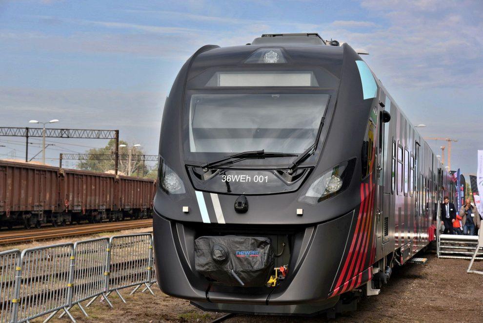 Nová jednotka Newag 35WEH kombinuje pohon na elektřinu a naftu. Foto: Michal Chrást