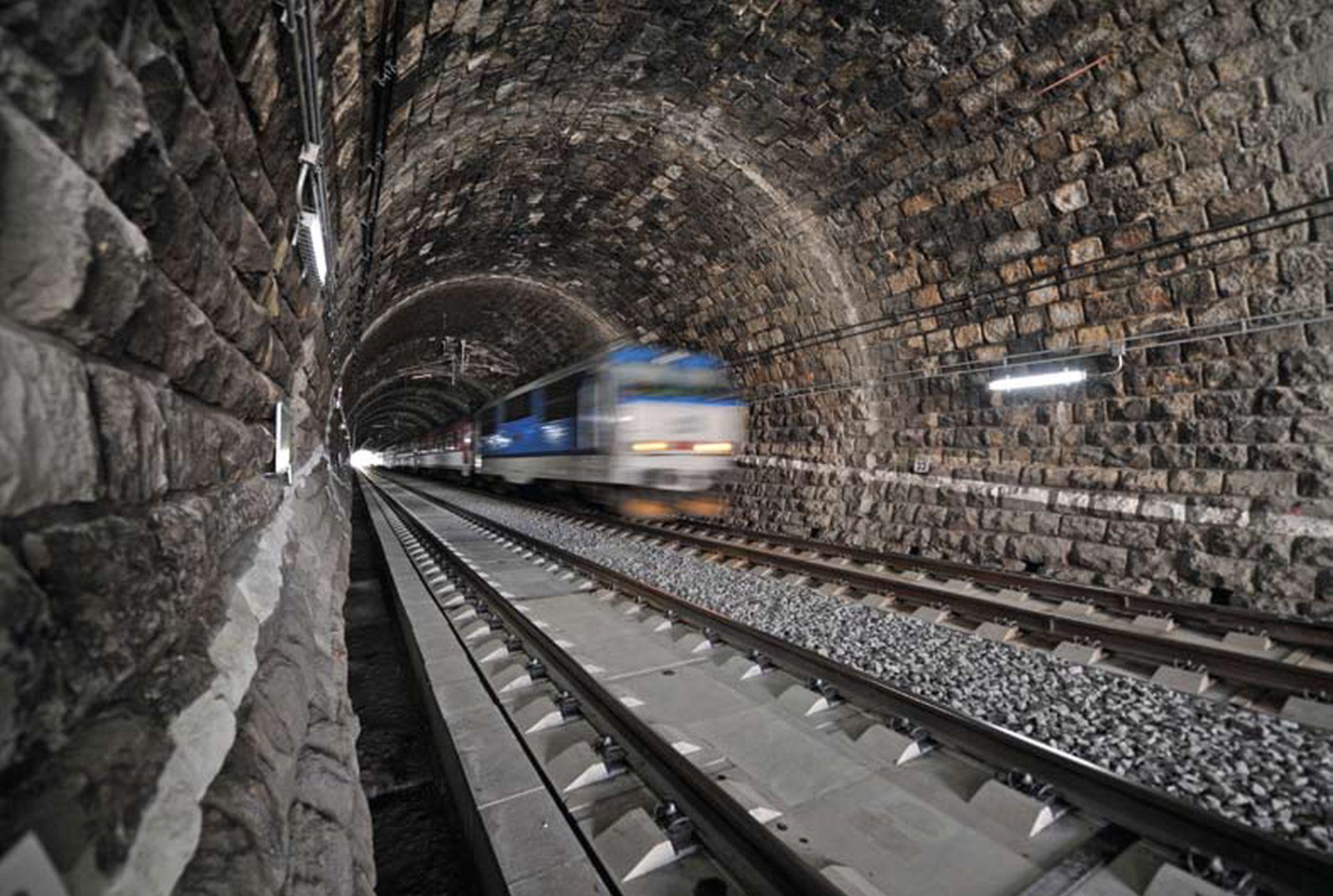 Vlak Českých drah ve Střelenském tunelu mezi Horní Lidčí a Púchovem. Foto: Subterra