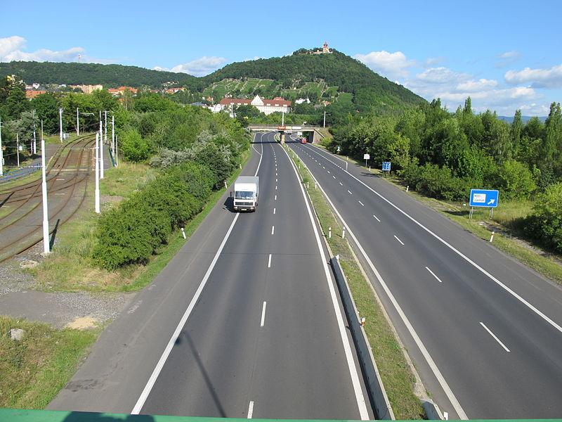 Silnice I/13 u Mostu, ilustrační foto. Autor: Hadonos – Vlastní dílo, CC BY-SA 3.0, https://commons.wikimedia.org/w/index.php?curid=22667772