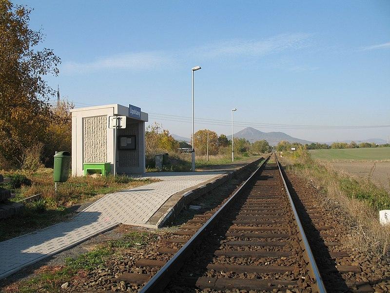 Zastávka Úpohlavy na trati Lovosice - Louny. Autor: Marie Čcheidzeová – Vlastní dílo, CC BY-SA 4.0, https://commons.wikimedia.org/w/index.php?curid=73587320