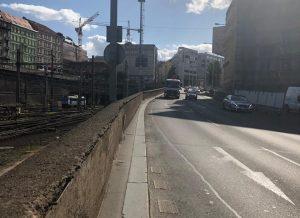 Chodník podél magistrály, původní stav.. Pramen: FB Adama Scheinherra
