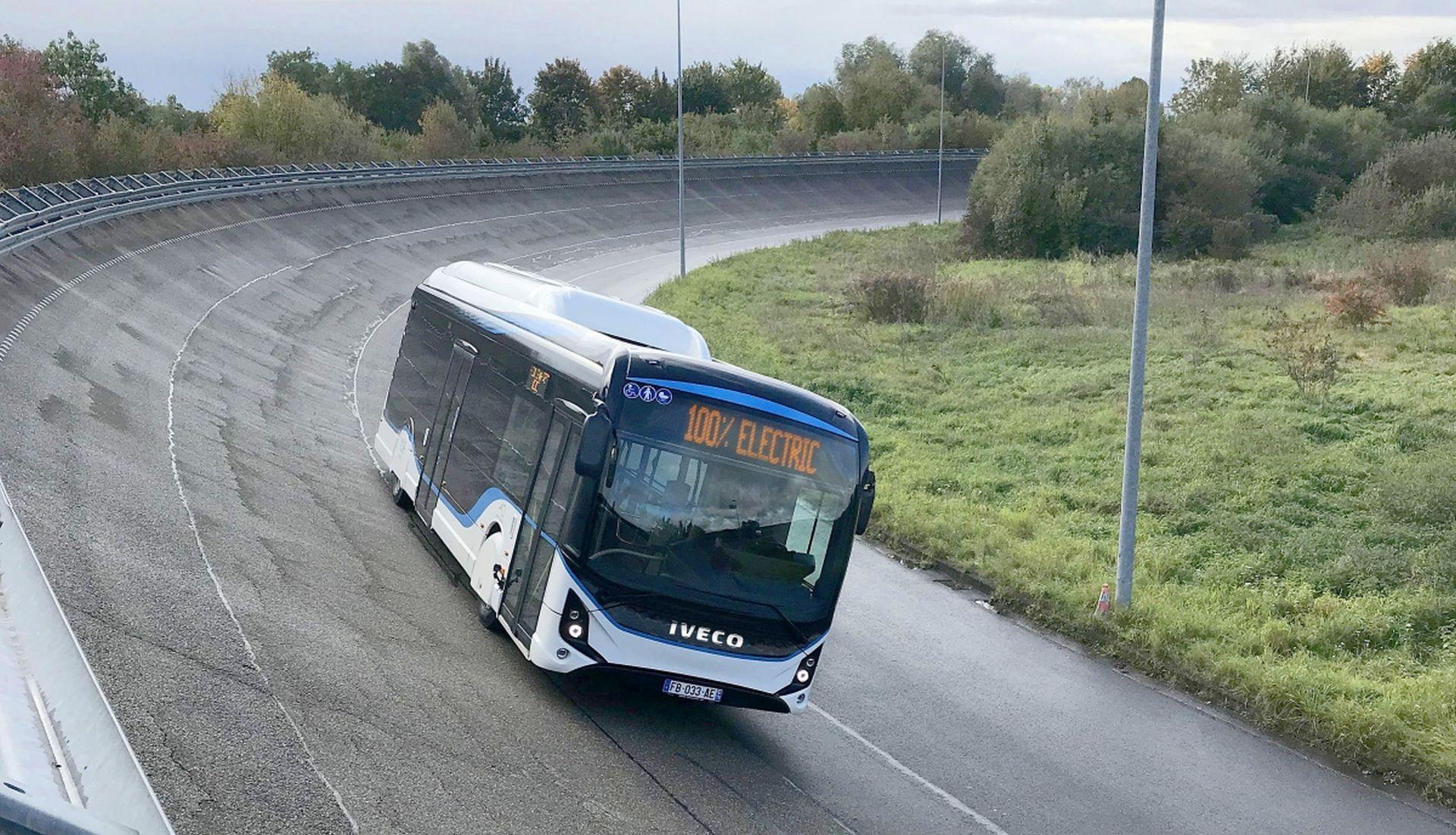 Elektrobus od Iveca při jízdě na zkušebním okruhu. Foto: Iveco