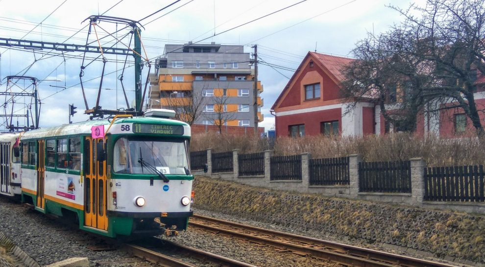 Tramvaj z Jablonce nad Nisou do Liberce na modernizované trati před zastávkou Nová Ruda. Foto: Jan Sůra