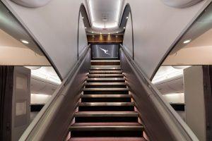 Schodiště v A380 mezi spodní a horní palubou. Jinými slovy mezi ekonomickou třídou a prémiovými třídami. Foto: Qantas