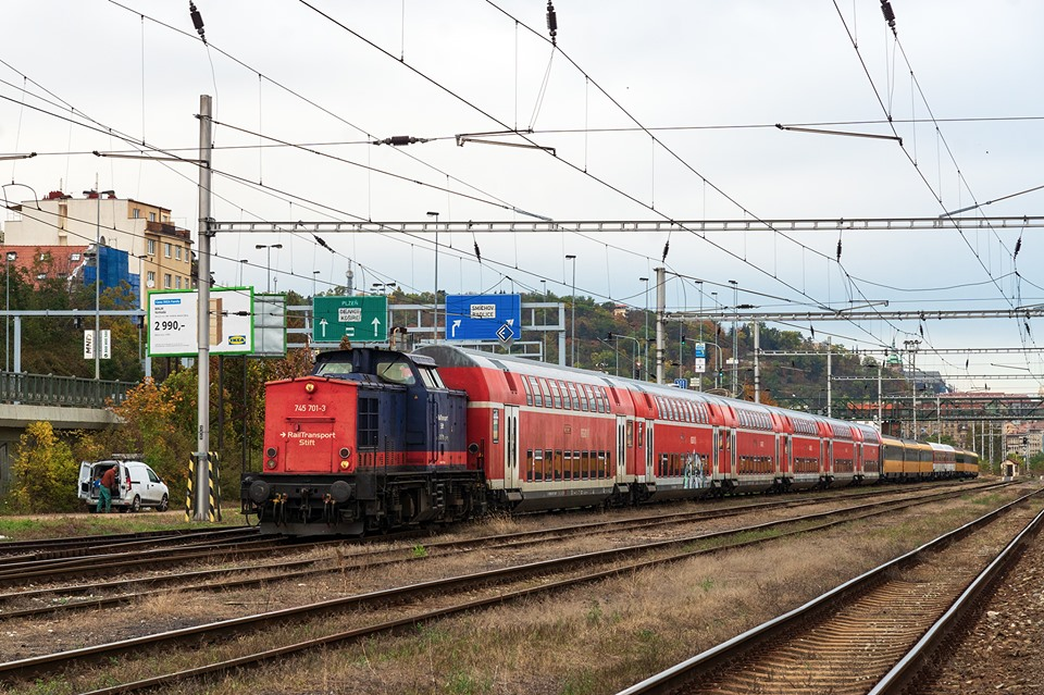 Soupravy s dalšími vozy Dbz pro RegioJet ve stanici Praha - Smíchov. Foto: Daniel Fedin