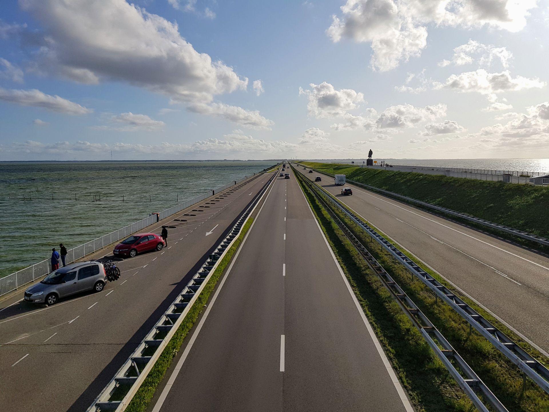 Dálnice A7 přes Afsluitdijk - uzavírací hráz, která rozděluje záliv Zuiderzee na dvě části: Waddenzee a uměle vytvořené jezero Ijsselmeer. Foto: Jan Sůra