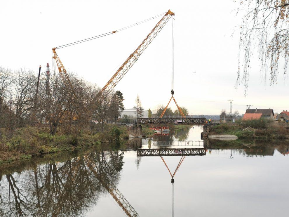 Snášení starého železničního mostu v Lužci. Autor: Tomáš Kolařík