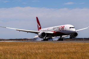 Boeing 787-9 přistává v Sydney po 19 hodinách a 19 minutách letu z Londýna. Foto: Qantas
