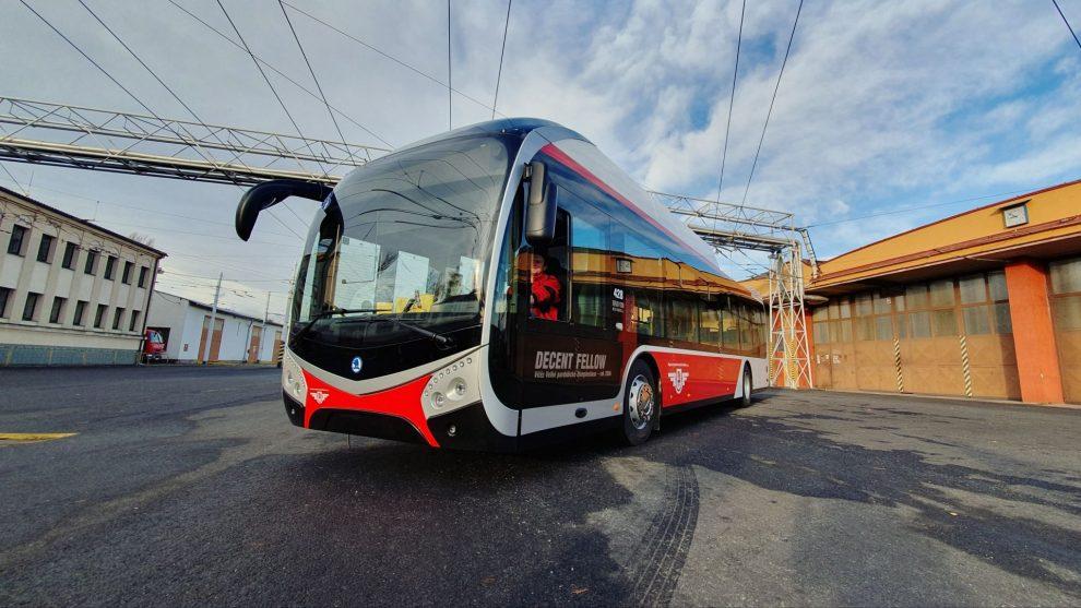 Trolejbus Škoda 32Tr ve vozovně DPMP. Foto: Dopravní podnik města Pardubic.