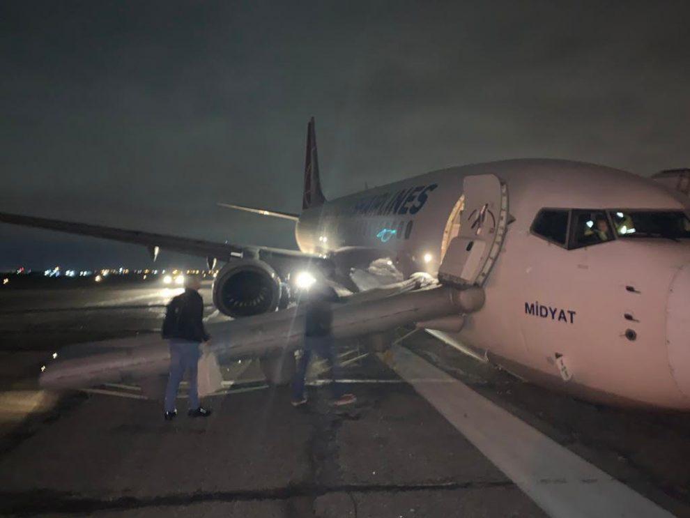 Boeing 737-800 po vyjetí z dráhy v Oděse. Foto: Twittter - Jacdec