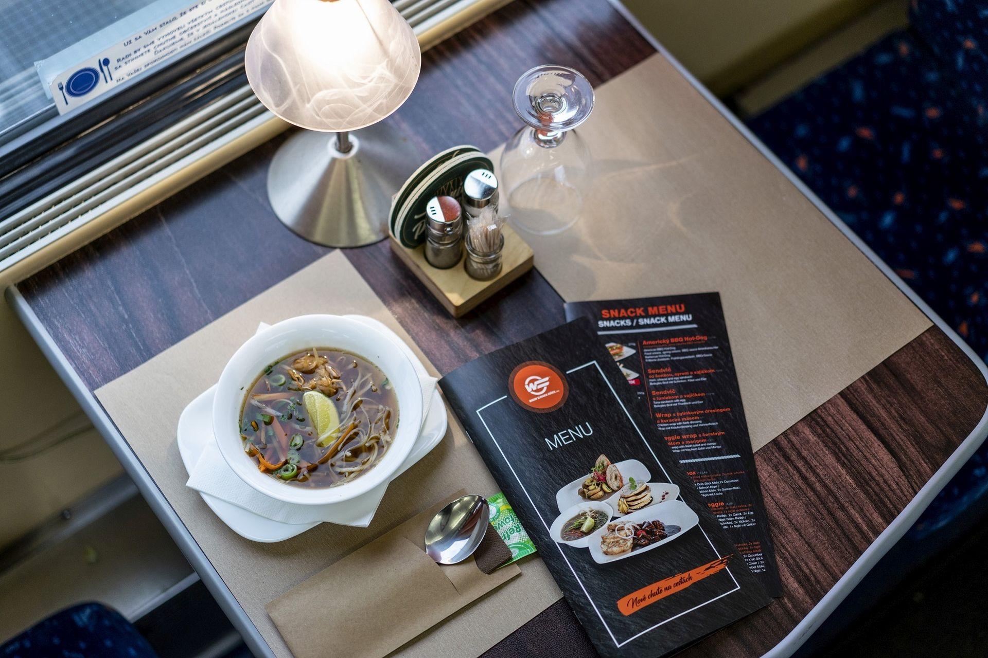 Nové menu v jídelních vozech ZSSK obsahuje i například vietnamskou polévku Phở Bo. Foto: ZSSK