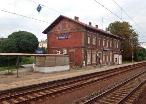 Železniční stanice Prosenice. Foto: Palickap – Vlastní dílo, CC BY-SA 4.0, https://commons.wikimedia.org/w/index.php?curid=61988605